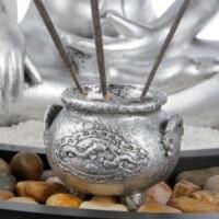 Buddha figura füstölőkkel és gyertyatartókkal