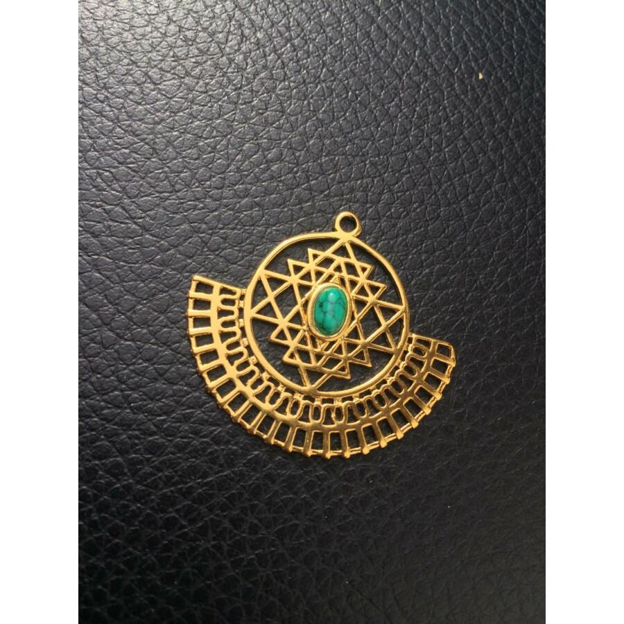 Arany színű medál zöld kővel díszítve