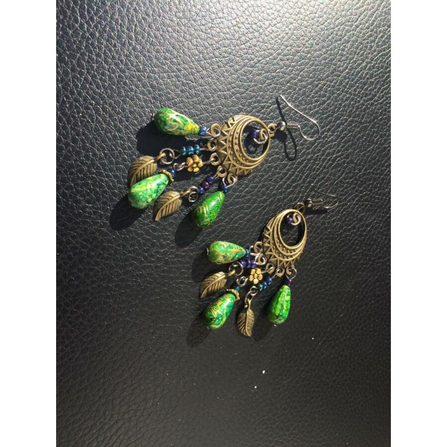 Csepp alakú fülbevaló zöld színben