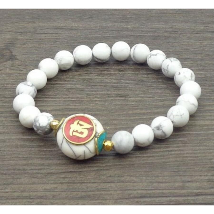 Fehér gyöngy mala tibeti Om osztóval karkötő